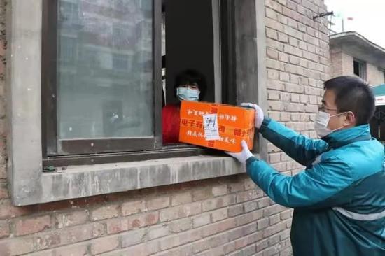 邮政快递幼哥派送包裹。