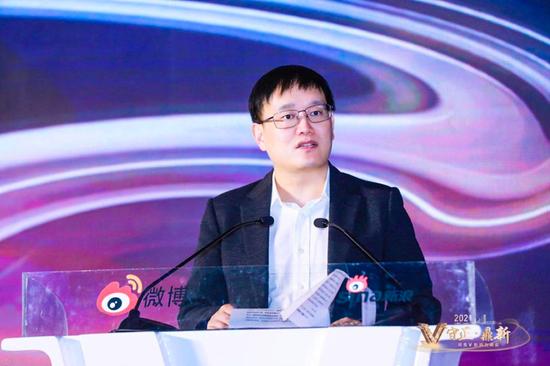 微博CEO王高飞在峰会上致词、