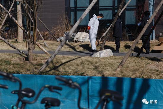 3月13日,西二旗中关村软件园,互联网公司大楼前的防疫人员。