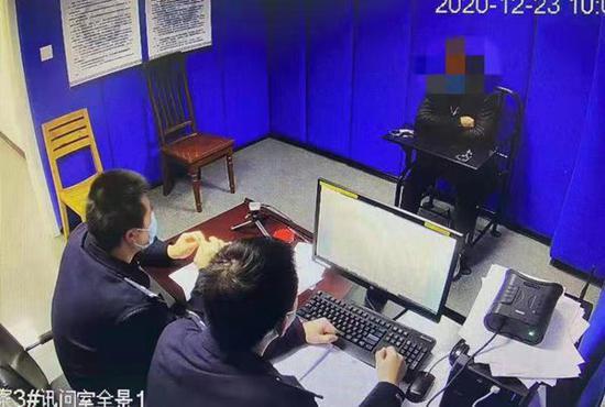 上海一男子地铁车厢手机外放 不听劝阻反动手被行拘