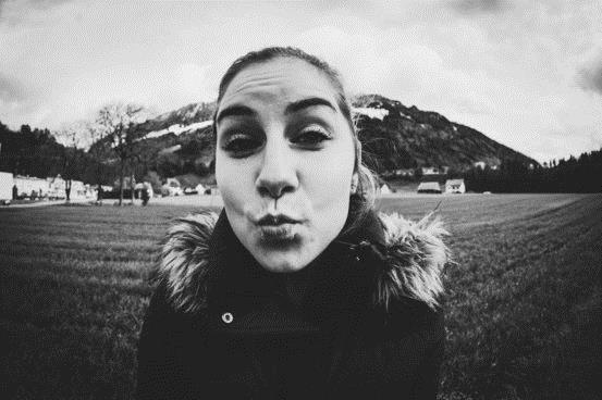一项研究发现,距离脸部约30厘米的自拍会让鼻子看起来比实际大30%