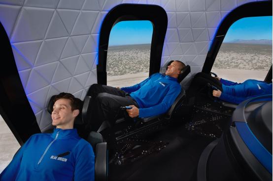 从窗口的布置来看,蓝色起源的太空舱似乎一人对应一个窗口,飞行体验应该比维珍银河的太空船二号要好。