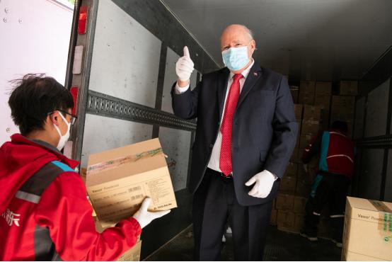 智利驻华大使路易斯·施密特亲自交接抗疫医疗物资