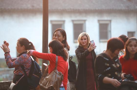 10月23日,乌镇西栅景区,游客在景区内游览拍照。新京报记者 侯少卿 王嘉宁 摄