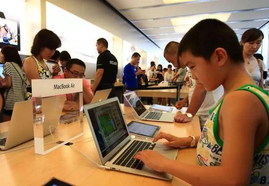 资图片:位于北京三里屯的苹果体验店(新华社)