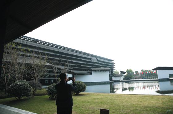 10月23日,乌镇西栅景区,第五届世界互联网大会开幕前,有游客在拍照。新京报记者 侯少卿 王嘉宁 摄