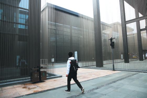 10月23日,游客路过互联网之光博览会会址前。新京报记者 侯少卿 王嘉宁 摄