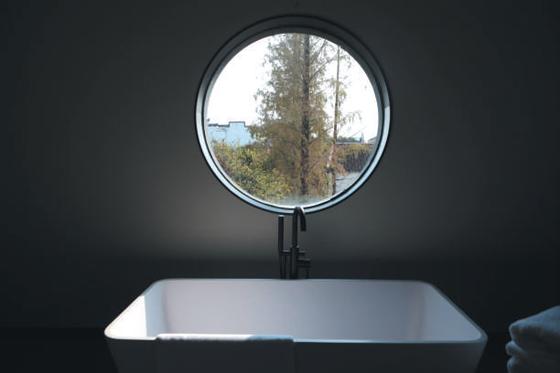 10月31日,乌镇,宾智AI客房的一间房内,浴缸边的窗口可以看到乌镇风景。新京报记者 侯少卿 王嘉宁 摄