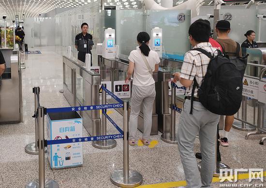 旅客可通过身份证和人脸识别经由入口闸机进入智能安检通道(央广网发 通讯员李袁晶 摄)