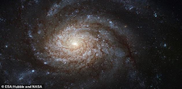 欧洲南方天文台表示,观测的耀斑提供了我们期待已久的确认信息,我们长期猜测的黑洞的确存在于银河系中心,它是一个超大质量黑洞。