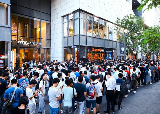 华为P30系列开售,多国消费者大排长龙的照片 - 19