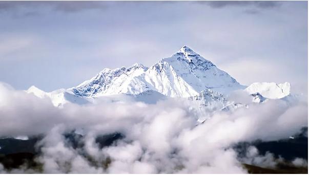 """最新研究表明,由于珠峰气压全年处于显著波动状态,导致峰顶""""感知海拔""""收缩了数千米。"""