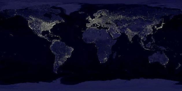 这张合成图显示了地球各地区夜间的人造光照明效果。该图在1994至1995年间收集的数据基础上制作而成,在此之后的25年间,人类夜间在地球上点亮的光源增加了将近两倍。我们已经征服了黑夜,但也付出了巨大的环境代价。利用足够先进的望远镜,外星文明便可探测到这些人造光,并据此推测出地球上存在智慧生命。