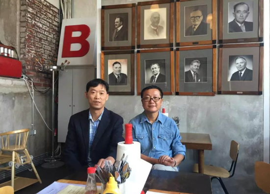 刘慈欣和《科幻世界》编辑姚海军的合影