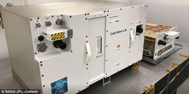 """冷原子实验室的设计目的是提高科学家对引力进行精确测量的能力,并研究引力如何在最小尺度上与这些独特的物质形态相互作用。冷原子实验室由两个容器组成,包括较大的""""四锁柜""""和较小的""""单锁柜""""。"""