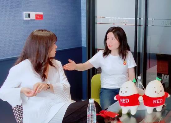 小红书生态负责人包包(左)、小红书创始人瞿芳(中)