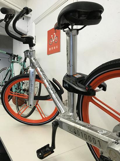 摩拜办公室,员工签名版摩拜单车。澎湃新闻记者 杨鑫倢 图