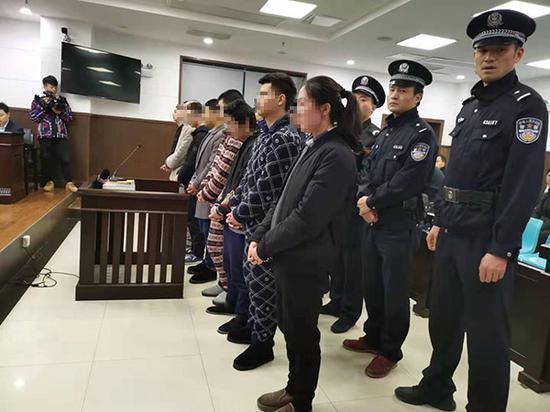 3月8日,长沙市天心区法院审理汪某等9人诈骗京东白条案。 本文图均为 澎湃新闻记者 谭君 图