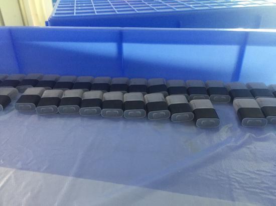 某大型电子烟工厂内,一批已完工的烟弹。