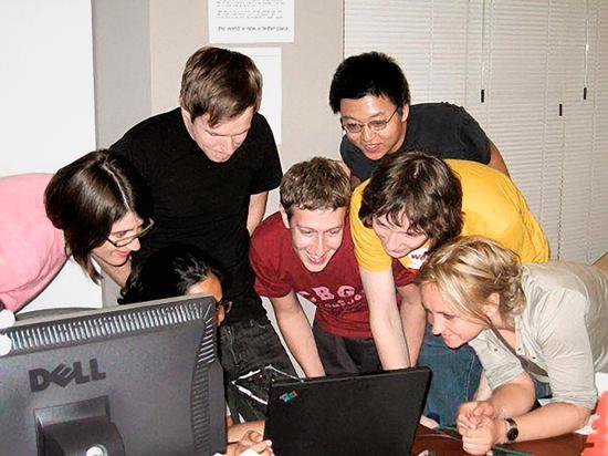 2006年,扎克伯格和Facebook员工