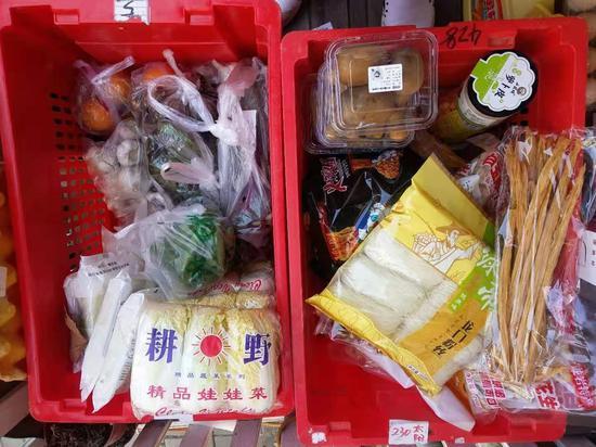 社区团购团长分拣好商品,期待客户来取货。
