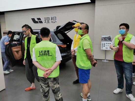 郑先生来到理想汽车零售中心维权