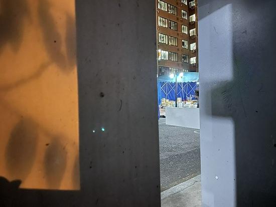 在虹远楼附近,蓝色遮雨棚下设置了学生取快递的区域,往来学生较多。