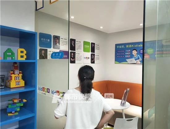 一位家长在杭州一家少儿编程培训机构咨询