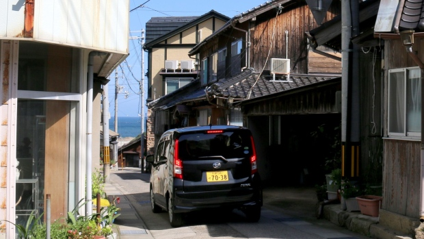 在劳动力紧张的日本,奶奶们开始穿着运动鞋送外卖