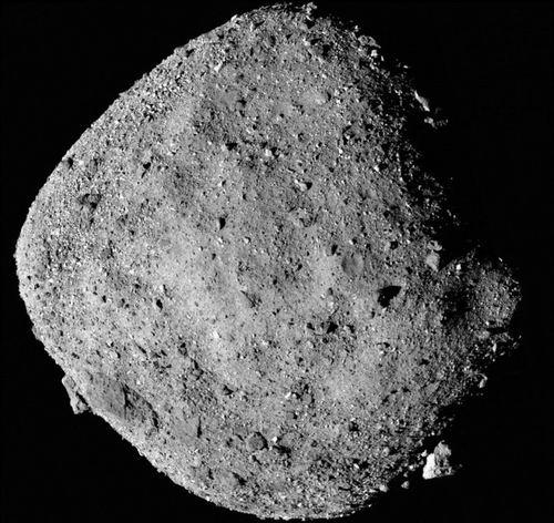 这张小行星贝努的图片由12张图片拼接而成,为冥王号飞船2018年12月2日在距离小行星24公里的位置拍摄。 图片来源:NASA