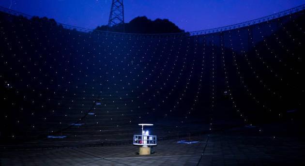 """3月29日拍摄的夜幕下的""""中国天眼""""。"""