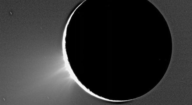 卡西尼號拍攝的土衛二,在太陽的照耀下,可以看到邊緣南極地區噴射出的細煙羽。