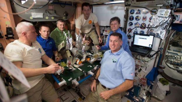 """""""远征50""""义务的宇航员正在用餐。"""