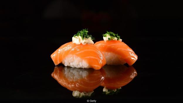 两块生鱼片寿司含有约0.5克盐,但1汤匙的酱油能增补额外2.2克的盐,即统统摄入2.7克盐。