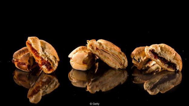 一人份的熟食肉(火鸡肉、火腿和烤牛肉等)中含有约1.5克盐,两片全麦面包能够挑供另外0.6克盐。