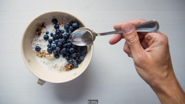 由于许众谷物食品都富含维生素,因此吃早餐的人清淡能获取更众的营养,但同时也摄入了更众的糖。