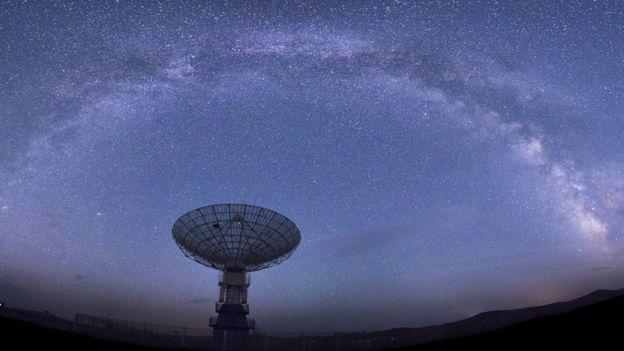 射电望远镜可以探测到来自宇宙的快速射电暴