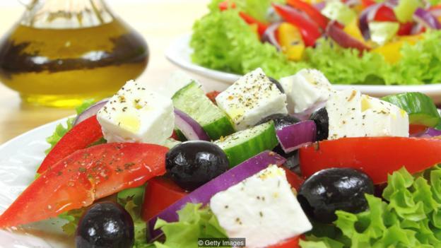地中海饮食富含蔬果、健康油脂,含加工食品比例则较低,对人体有明显的积极影响。