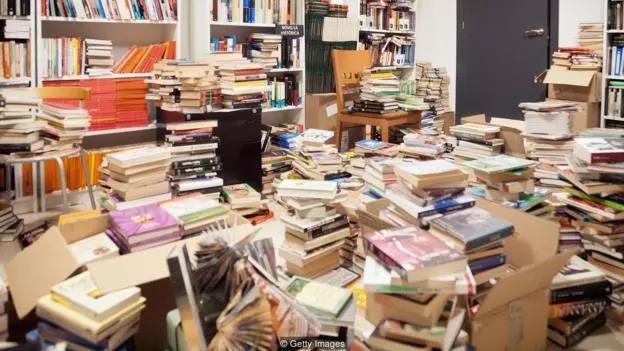 有些书在读过一次之后,我们就不会再读了,任由它们在书架、甚至地板上落灰,也不愿意把它们扔掉。