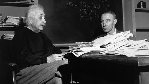 """爱因斯坦的桌子之乱可谓""""臭名昭著"""",而对于那些提出他应该收拾桌子的人,他也做出了简洁有力的回答。"""