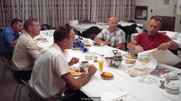 阿波�_11�的宇航�T��在起�w前��享用一�D含有牛排和〓�u蛋的早餐,�@些都�凫兜屠w�S食那一瞬�g物,可以防止宇航�T升空不久√後就想上��所