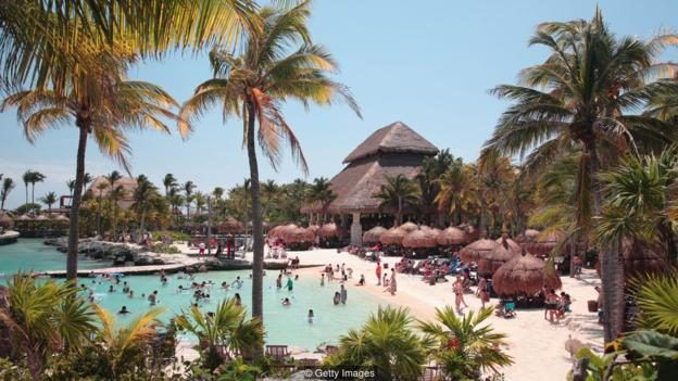 墨西哥生态度假胜地Xcaret制定了一项政策,游客必须用一种更可生物降解的防晒霜来替代他们常用的防晒霜