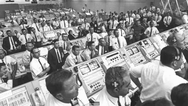 仪表控制员乔安•摩根(JoAnn Morgan)是卡纳维拉尔角基地阿波罗11号发射控制台唯一一位女性,你从图中能找到她吗?