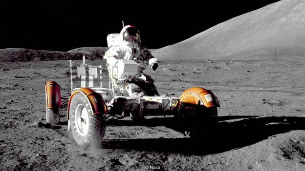 美国宇航员共有33人执行了11次阿波罗任务,其中27人登陆月球,24人环绕月球轨道运行,但只有12人在月球表面行走