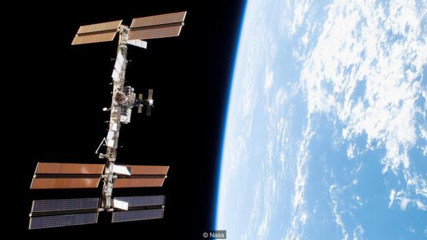 当国际空间站的太阳能电池阵列被调整成合适的角度反射太阳光时,我们偶尔可以看到它在夜空中划过