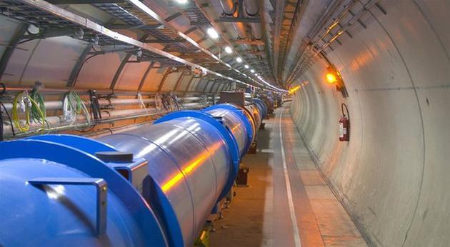 大型强子对撞机是世界上最大的粒子添速器设施,主要片面是位于法国和瑞士边界地下长度达27公里的圆形隧道。