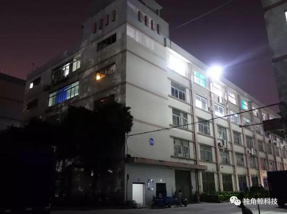 ▲晚上,园区只有2栋五楼的灯始终明亮。
