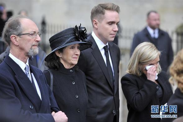 3月31日,在英国剑桥,霍金的第一任妻子简(左二)、儿子蒂莫西(左三)和女儿露西(左四)出席葬礼。已故英国科学家霍金的葬礼31日下午在剑桥大学的圣玛丽教堂举行。霍金的家人、同事和朋友等约500人出席了这个私人纪念活动。新华社发 史蒂芬·程 摄