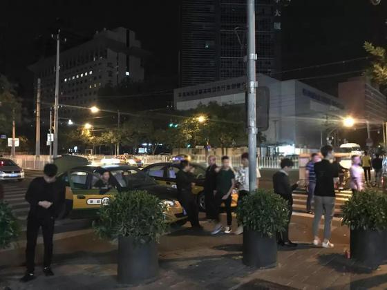 9月16日凌晨,三里屯等待揽客的出租车,司机们均不打表