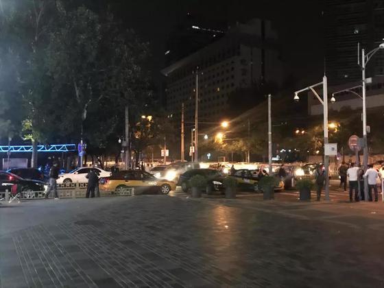 9月11日深夜,三里屯太古里路口的黑车及出租车